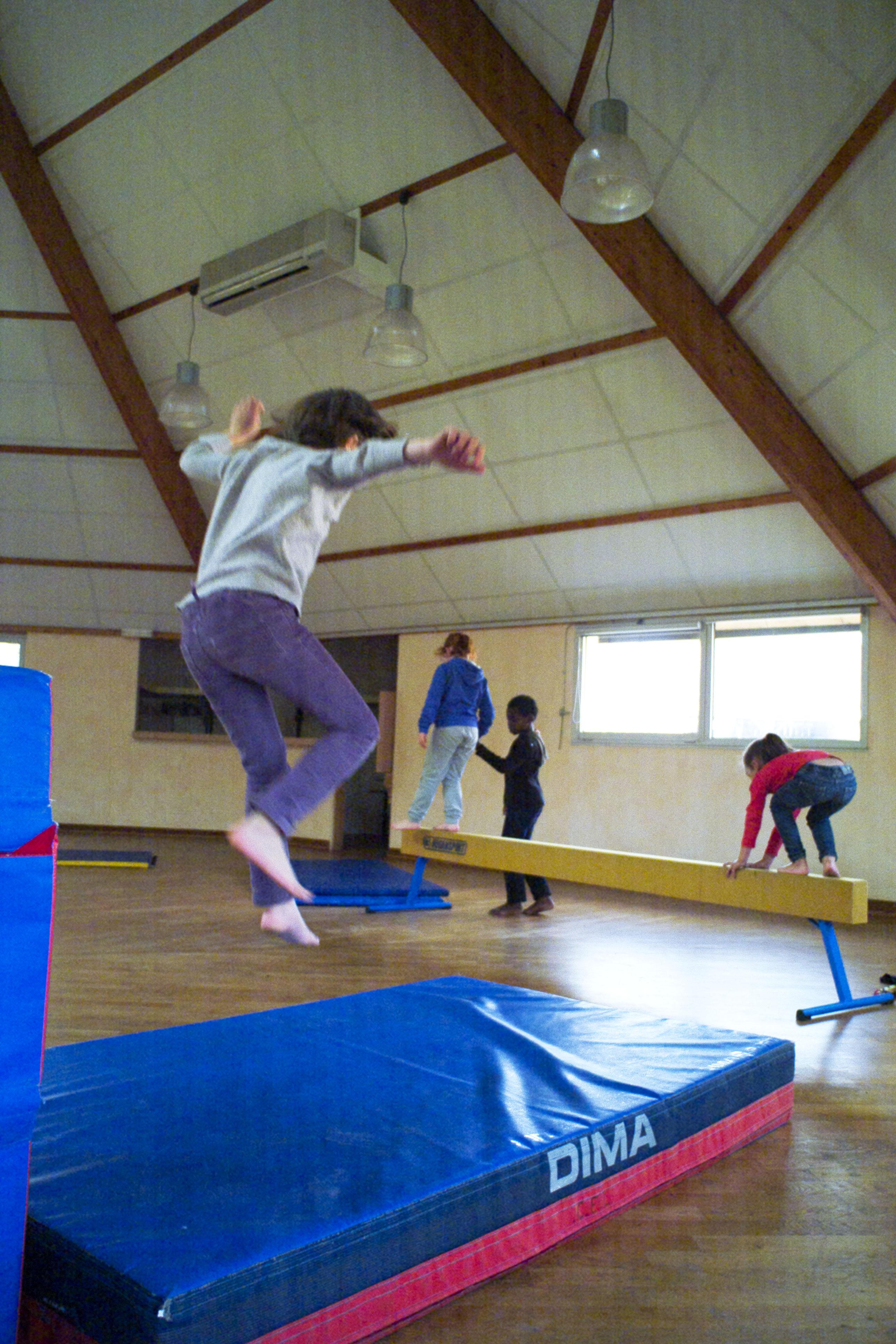 Gymnastique dans la salle de fêtes