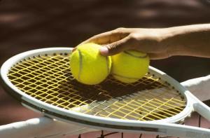 balles de tennis sur raquette