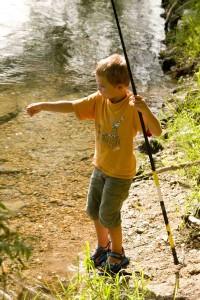 enfant à l pêche dans le cher